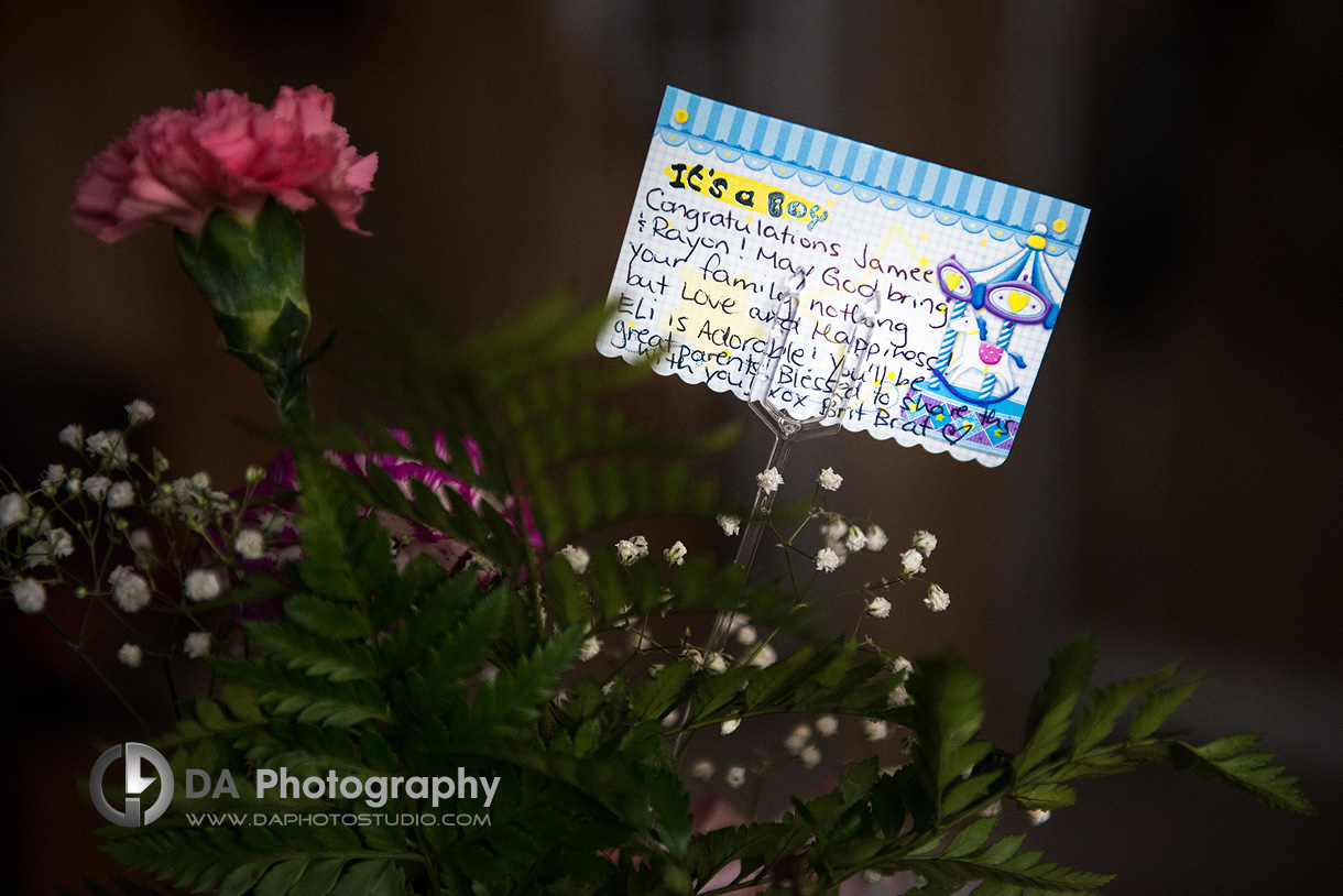 Newborn note on a flowers - Newborn Photographer