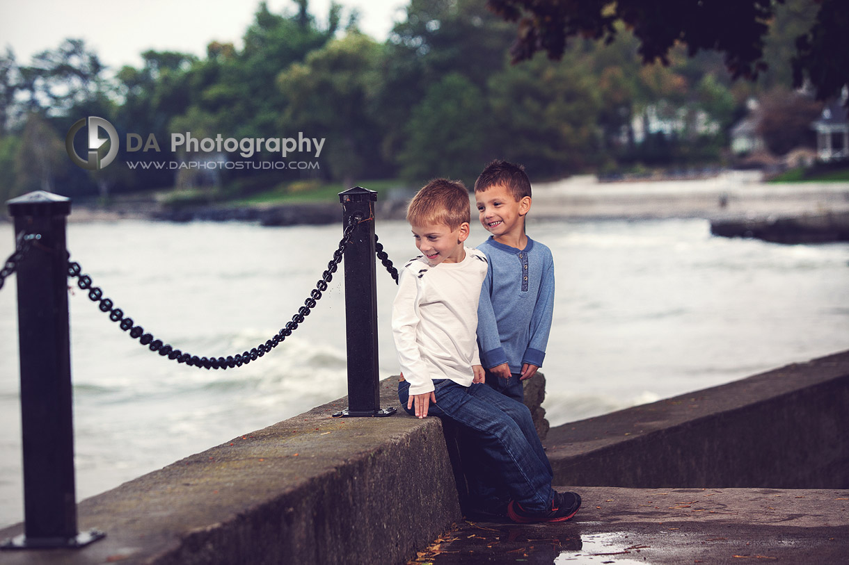 Kids splashing by the waves at the lake waterfront - Fall Family Photos by DA Photography - Gairloch Gardens, Oakville - www.daphotostudio.com