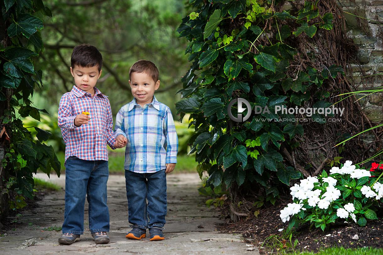 Best outdoor family photo location Gairloch Gardens in Oakville